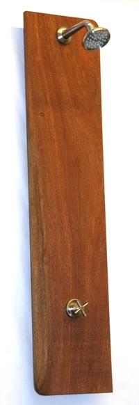 Ducha de muro en madera.